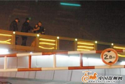 中年女子欲v女子半脚踩空站在7米高桥栏上-中附中北京二外高中图片