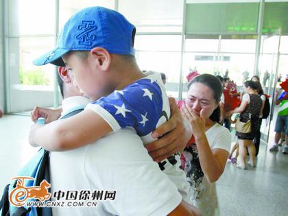 徐州/儿子抱着爸爸半天也舍不得松开。