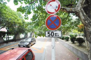 八一幼兒園門前道路設交通標志 保證交通安全