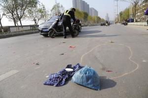 中国徐州网-都市晨报讯   (   )   昨天上午,在湖北路刘场小区南门口,一名男子骑电动车在快车道行驶时,遭到同方向行驶的一辆别克轿车追尾,骑车男子摔倒,电动车被顶出十几米远.